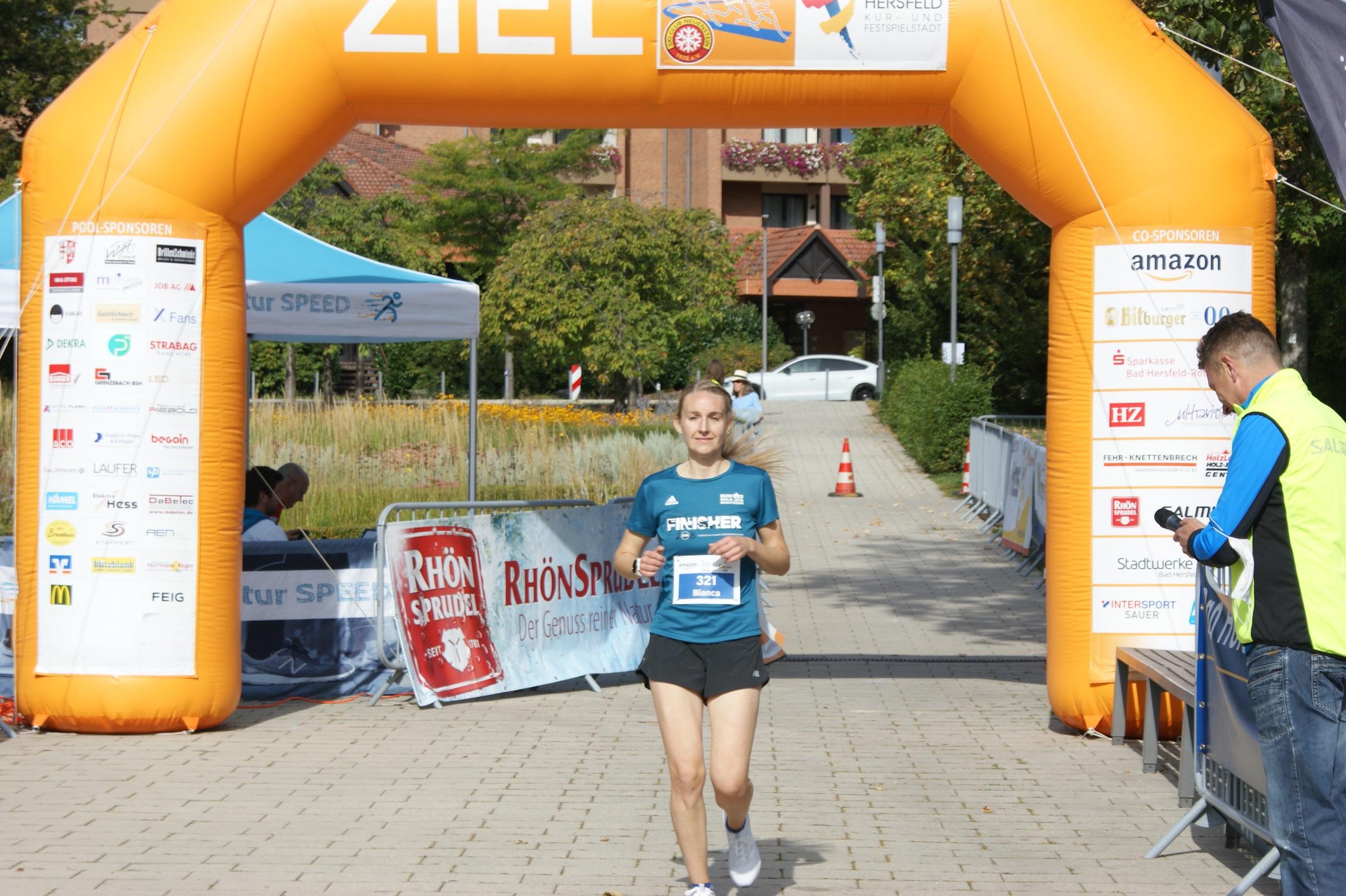Bianca Kronemann bei ihrem Zieleinlauf nach einem beherzten Lauf in 26:12 Sekunden.
